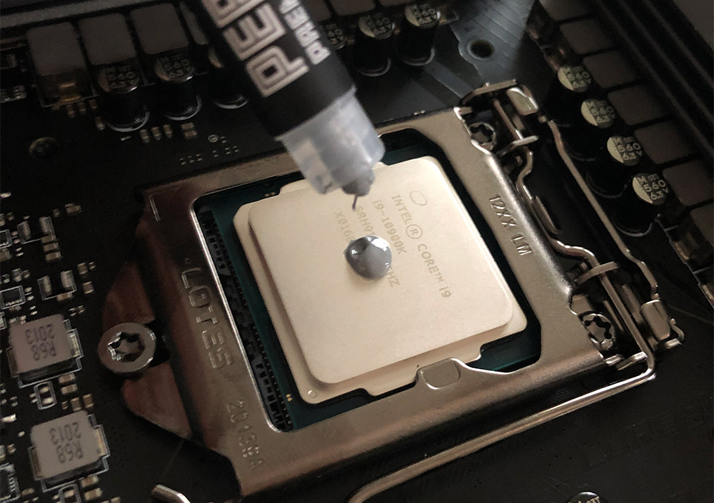 Applying thermal paste to a CPU